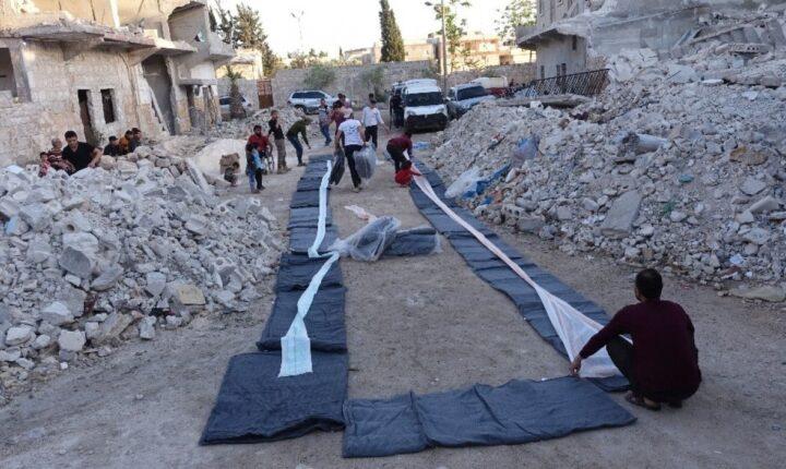 Halep'te siviller enkaz yığınları arasında iftar yaptı
