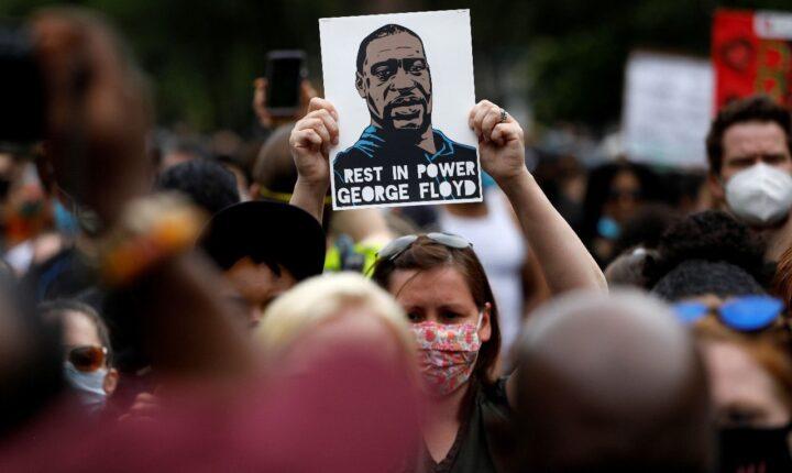 New York'ta protestocuya şiddet uygulayan polise 4 ayrı suçlama