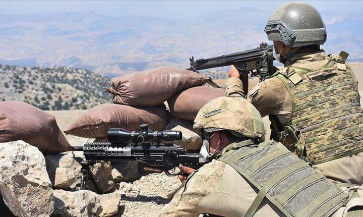 Cudi Dağı'nda 2 terörist etkisiz hale getirildi Şırnak'ın Silopi ilçesi Cudi Dağı bölgesinde, MİT ve Jandarma unsurlarının müşterek gerçekleştirdiği operasyonda, 2 teröristin, ölü olarak ele geçirildiği bildirildi.