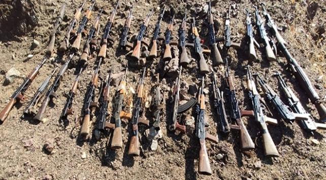 Irak'ın kuzeyindeki Pençe-Kaplan Operasyonu'nda, terör örgütü PKK'nın kullandığı silah, mühimmat ve muhtelif yaşam malzemesi ele geçirildi.