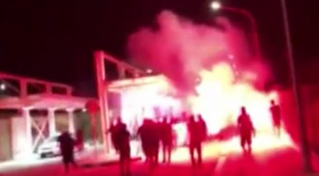 Kıbrıs Rum kesiminde faaliyet gösteren aşırı sağ eğilimli ve ırkçı Rum Ulusal Halk Cephesi (ELAM) taraftarları geçtiğimiz gün Maraş'ın 46 yıl sonra kısmi olarak açılmasını provoke ederek, Derinya Sınır kapısında havai fişekle protesto düzenledi.