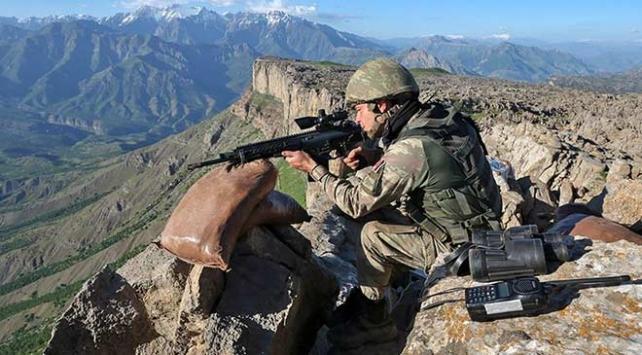 Barış Pınarı bölgesine havan ve çok namlulu roketatar ile taciz ateşi açan 9 PKK'lı terörist etkisiz hale getirildi.