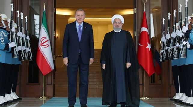 Cumhurbaşkanı Recep Tayyip Erdoğan, İran Cumhurbaşkanı Hasan Ruhani ile bir telefon görüşmesi gerçekleştirdi. Azerbaycan ve Suriye başta olmak üzere bölgesel konular ele alındı.