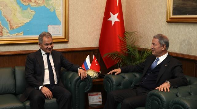 Milli Savunma Bakanı Hulusi Akar, Rusya Federasyonu Savunma Bakanı Sergey Şoygu ile telefonda görüştü. Bakan Akar, Ermenistan'ın saldırılarına son vermesi ve işgal ettiği topraklardan çıkarılması gerektiğini söyledi.