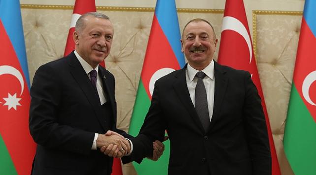 """Cumhurbaşkanı Recep Tayyip Erdoğan Azerbaycan'ın bağımsızlığının 29'uncu yılını kutladı. Erdoğan, """"Vatan mücadelelerinde kardeşlerimizin yanında olmaya devam edeceğiz"""" dedi."""
