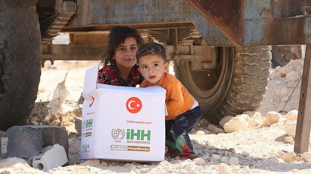 """Türk Yardımı """"İdlib kırsalında yerinden edilmişlere gıda yardımı dağıtıyor"""