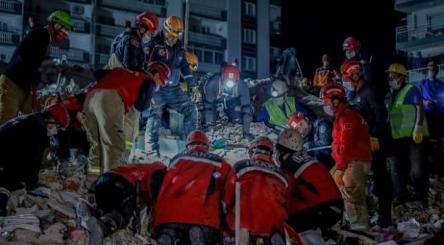 İzmir'in Seferihisar ilçesinde açıklarındaki depremden en fazla etkilenen Bayraklı ilçesinde, 9 binada arama kurtarma çalışmaları devam ediyor.