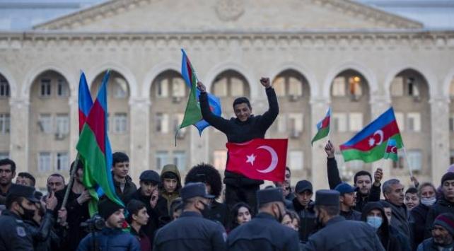 """Milli Savunma Bakanlığından, Azerbaycan ile Ermenistan arasında imzalanan ateşkese ilişkin, """"Kahraman gardaşlarımız cenk meydanında gücünü gösterdi ve mertçe savaşarak zafer kazandı"""" açıklaması yapıldı."""