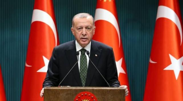 """Cumhurbaşkanı Erdoğan, """"Hafta sonları tedarik ve üretim zincirleri aksamayacak şekilde 10.00 ile 20.00 saatleri arası dışında sokağa çıkma sınırlaması uygulanacak."""" dedi."""