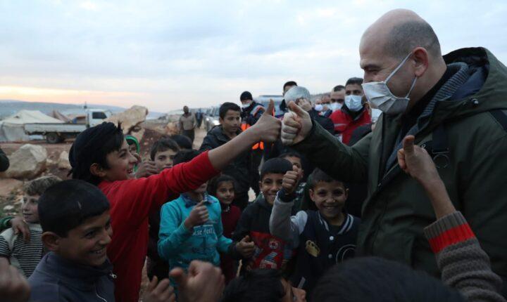 İçişleri Bakanı Süleyman Soylu, Suriye'nin İdlib bölgesinde AFAD koordinasyonunda yapımı devam eden briket evlerde incelemede bulundu.